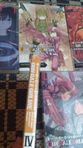 Das Bild zeigt die Beschädigung an Band 05 von SAO Alternative. Es zeigt einen kleinen Riss oben am Buchrücken. So von Amazon geliefert. Nummer 01