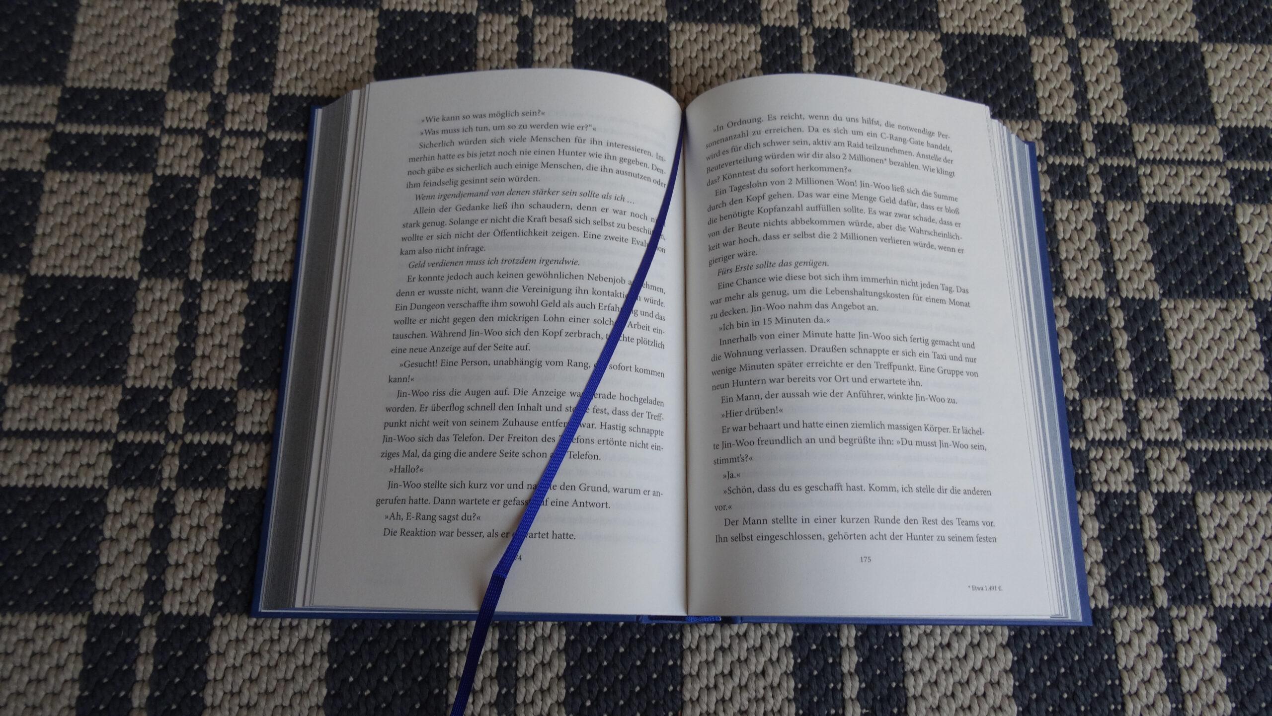 Das Bild zeigt das blaue Lesezeichen des ersten Bandes von Solo Leveling.