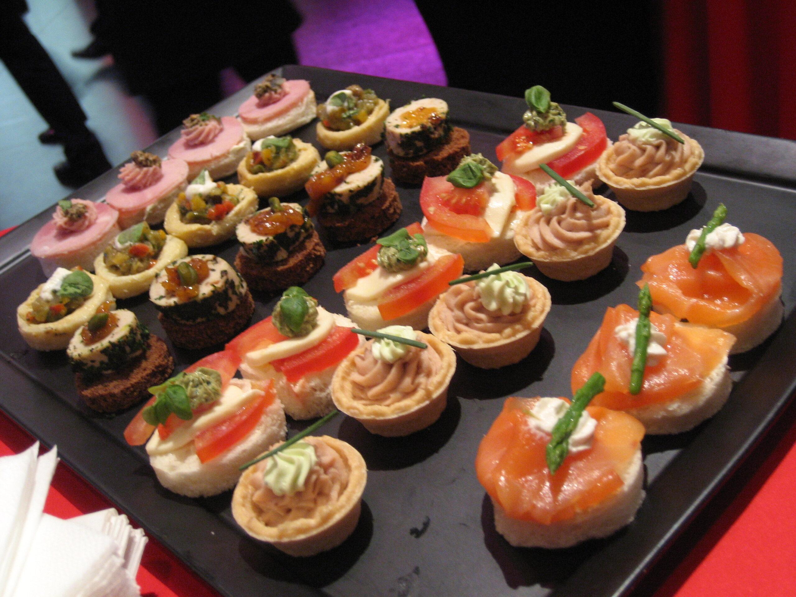 Eine Platte mit Hors d'oeuvre (kleine Snacks oder Appetit-Anreger)
